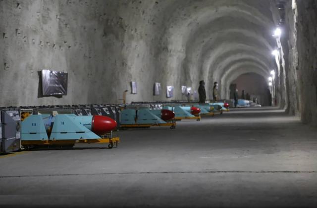"""在洞库中储存的""""纳塞尔""""反舰导弹。"""