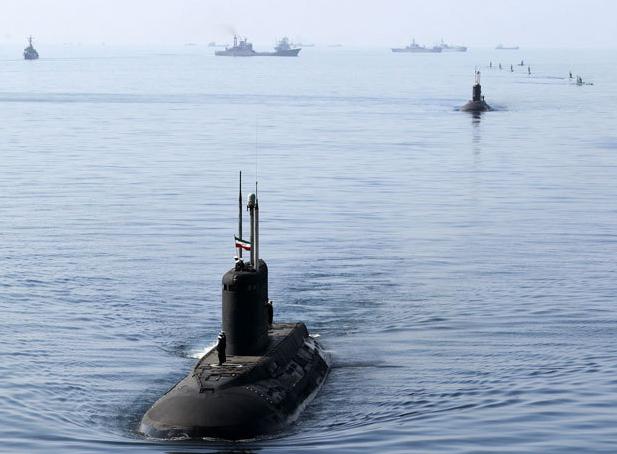 """伊朗潜艇群,前面航行的是2艘""""基洛""""级,后面是多艘""""加迪尔""""级小型潜艇。"""