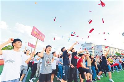 2020年高考临近,江西省赣州市会昌县各所中学通过开展放飞纸飞机、拉动力圈、击鼓传球等趣味运动减压活动,纾解高三考生应考压力和心理焦虑。   朱海鹏摄(人民视觉)