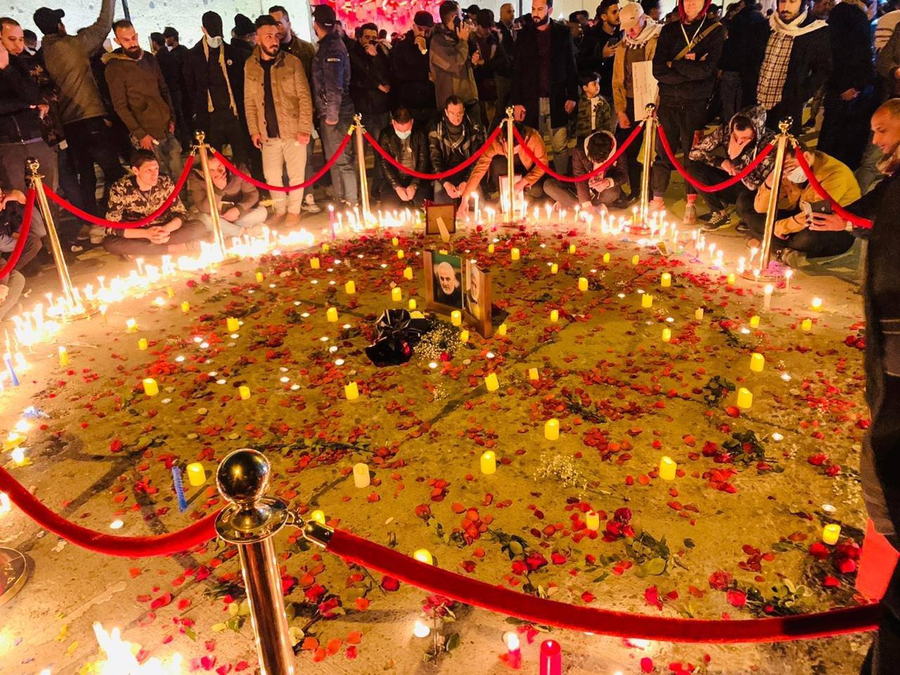 人们在画像周围点燃蜡烛并洒下花瓣(外交媒体)