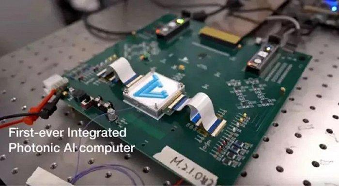 ▲曦智科技开发的全球第一款光子芯片原型板卡