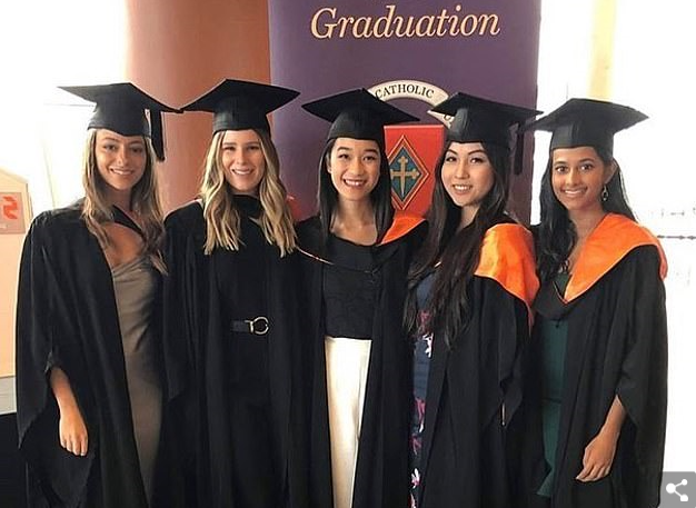 """5名澳大利亚上帝教大学弟子卒业相符照(图源:澳上帝教大学外交媒体""""照片墙"""")"""