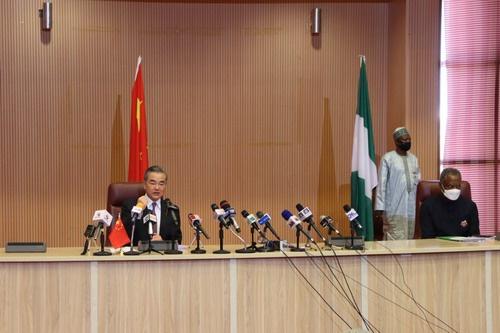 当地时间2021年1月5日,国务委员兼外长王毅在阿布贾同尼日利亚外长奥尼亚马共同会见记者。 外交部官网 图