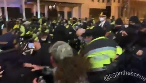 """特朗普支持者与警察在""""黑人的命也是命广场""""爆发激烈冲突"""