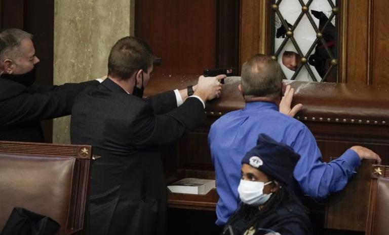 美国会骚乱约20人被捕 警方遭抗议者喷射化学刺激物