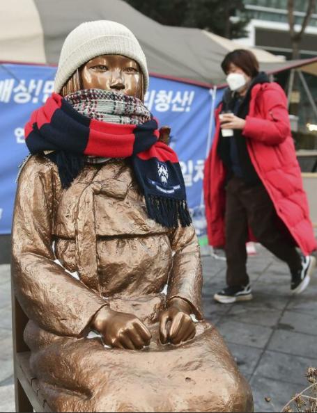 日本驻韩国大使馆前的和平少女像(共同社)