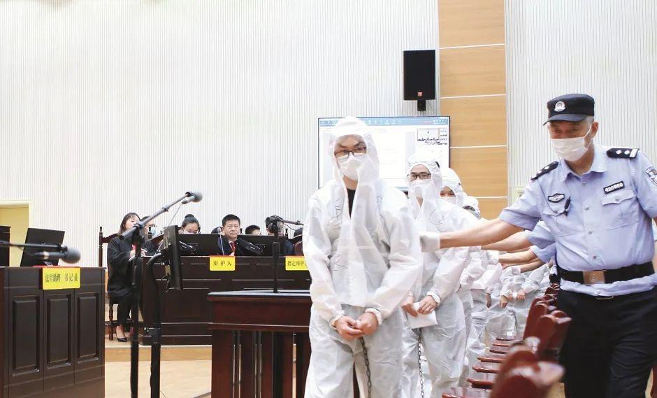 """2020年9月15日,湖北宜昌市秭归县人民法院依法公开开庭审理段某某等12人实施""""套路贷""""犯罪,涉嫌犯诈骗罪、敲诈勒索罪一案。图/人民视觉"""