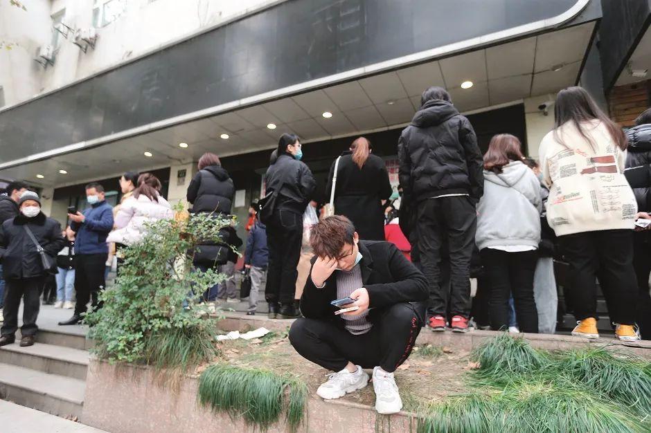 """2020年12月1日,蛋壳公寓""""爆雷""""之后,位于浙江杭州市建国北路的蛋壳(杭州)资产管理有限公司门前围满了闻讯而来的租客和出租户。图/IC"""