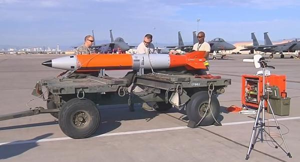 美国研制的B61-12新型低当量核炸弹。