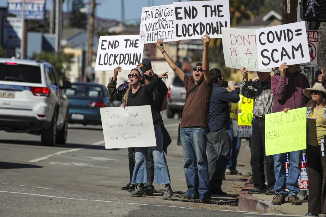 道奇体育场接种点外的抗议者 图自《洛杉矶时报》