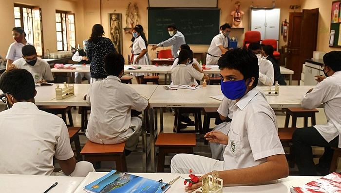 2021年2月12日,印度加尔各答,学校在因防控新冠疫情而休学近11个月后重新开学。图片来源:视觉中国