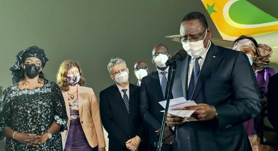 塞内加尔总统萨勒亲赴机场迎接中国疫苗