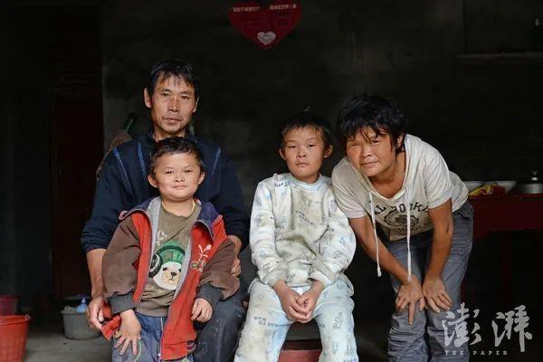 范家发和妻子及两个儿子的合影。澎湃资料图
