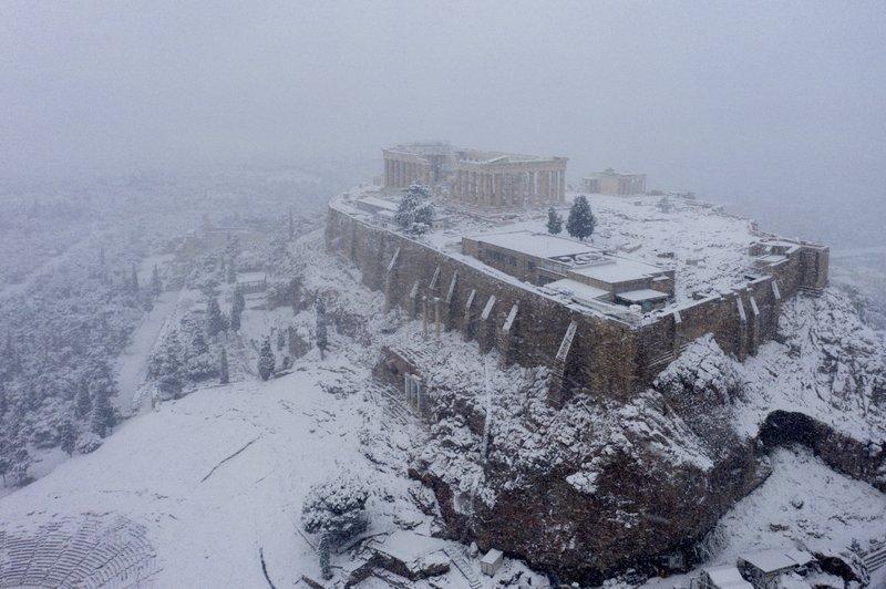 △希腊多地遭遇罕见大雪(图片来自:美联社)