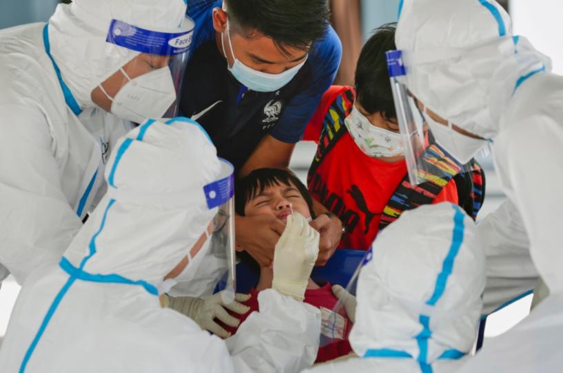 马来西亚莎阿南一社区,医护人员收集筛查测试样本