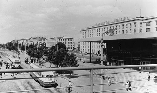 视频中出现的照片(上图)与乌克兰国家档案馆2011年公布的老照片(下图)