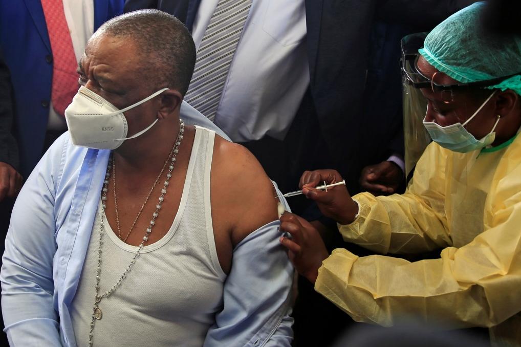 津巴布韦副总统兼卫生部长奇温添接栽中国国药集团生产的新冠疫苗