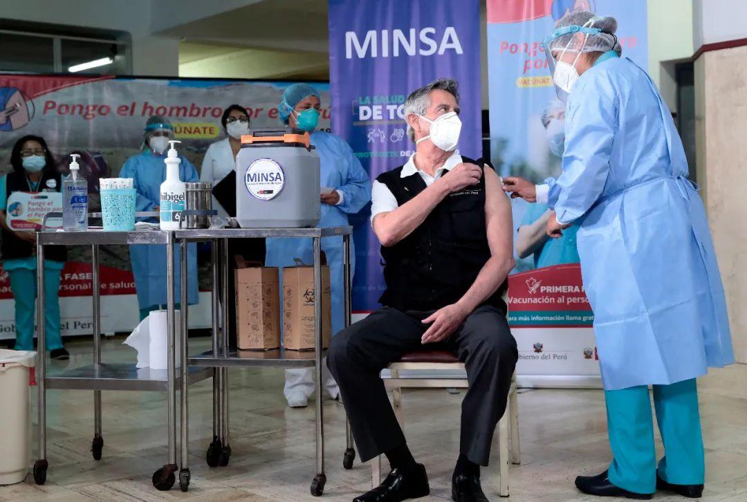 2月9日,在秘鲁首都利马陆军医院,秘鲁总统萨加斯蒂接种新冠疫苗。新华社发,秘鲁总统府供图