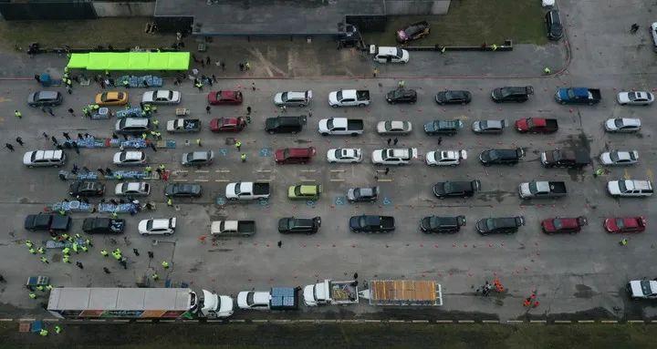 2月21日,美国得克萨斯州休斯敦的居民开车排队领取饮用水。新华社/路透