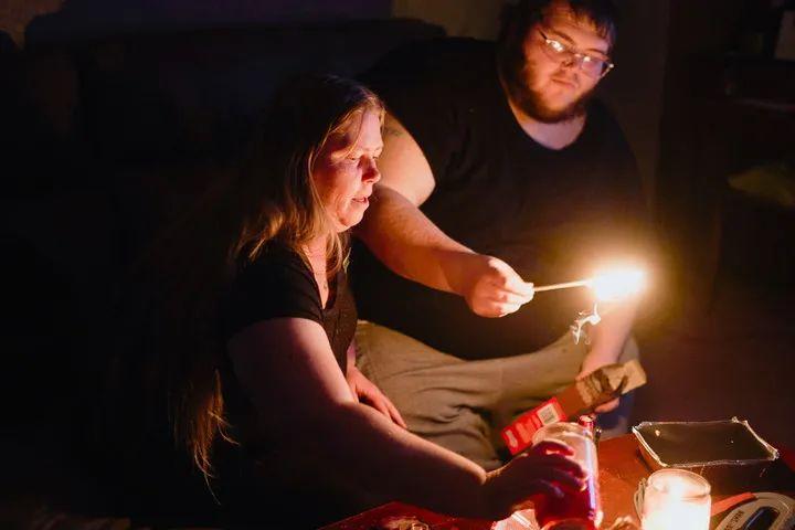 2月20日,美国得克萨斯州沃思堡,居民在断电的家中点燃蜡烛。新华社/路透