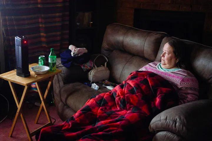 2月20日,美国<strong>KOK体育手机版-官网-官网</strong>得克萨斯州沃思堡,一名女子在断电的家中盖被取暖。新华社/路透