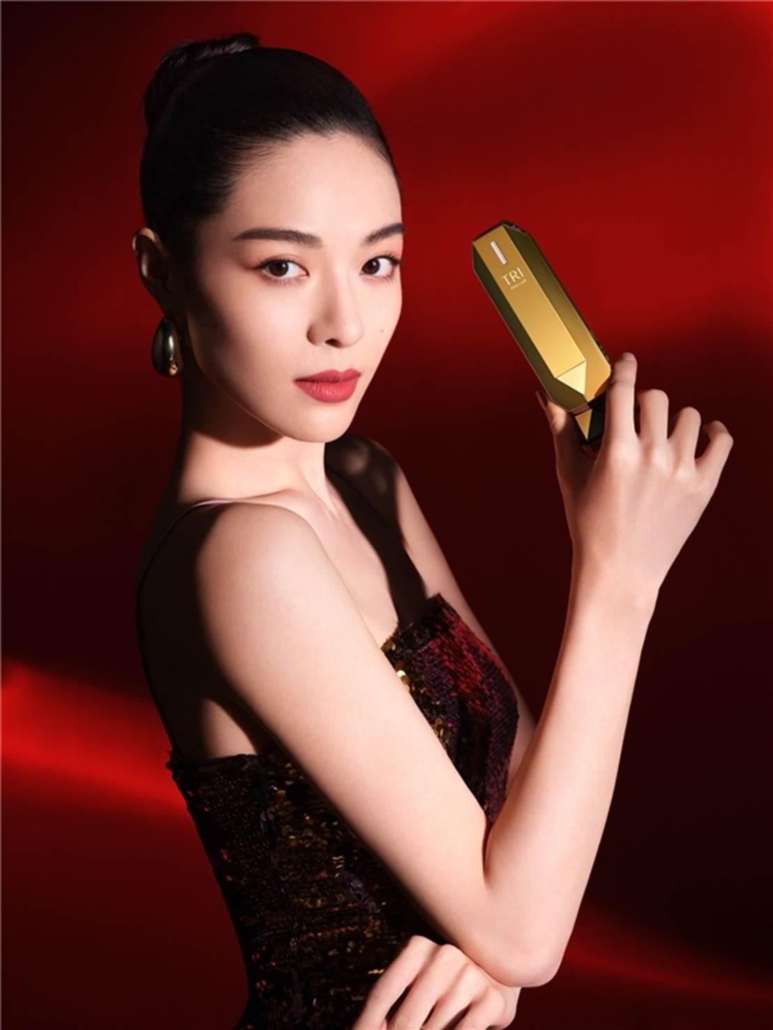 钟楚曦代言挚爱黑科技美容仪TriPollar初普,Get同款精致下颌线