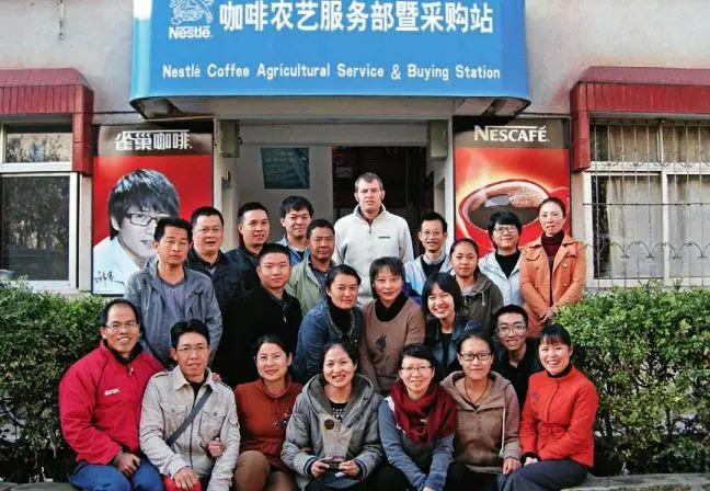 雀巢咖啡专家在农艺服务部指导咖啡种植