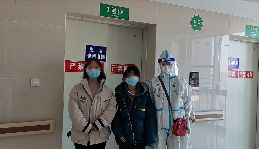 今天(23日),在暗龙江绥化市第一医院,通过治疗,2名新冠肺热患者(清淡型1例、轻型1例)出院。
