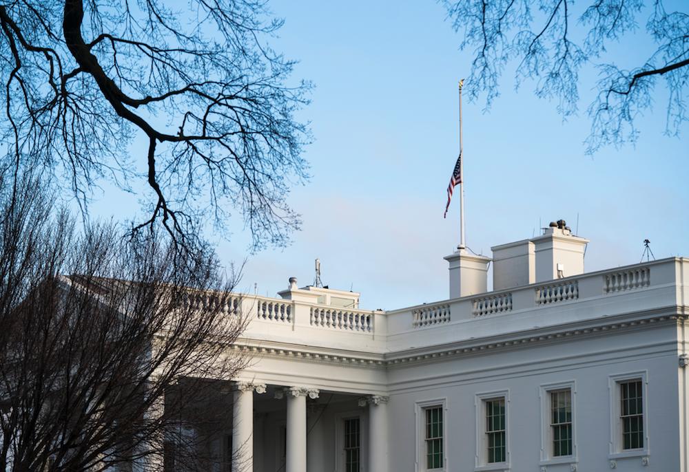 △美国华盛顿特区,白宫降半旗悼念50万新冠死难者。