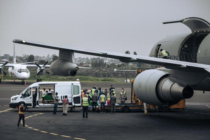 △运送遗体的飞机从刚果(金)戈马机场启程(图片来源:安莎社)