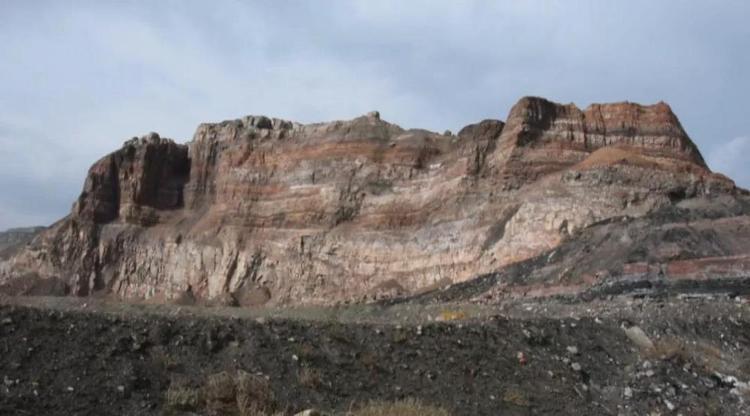 ↑2020年10月30日,汝箕沟矿区内,一座约130米高的山体过火自燃后仿佛丹霞地貌。记者刘海 摄