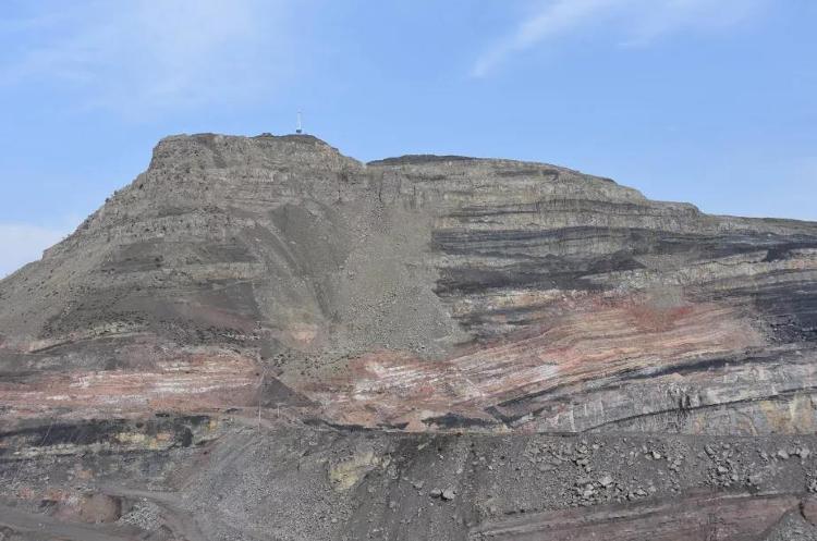 ↑2020年10月30日,汝箕沟矿区内一处火区。因为煤层自燃,山体开始塌陷,部分山体也由青灰色变成了红褐色。记者 刘海 摄