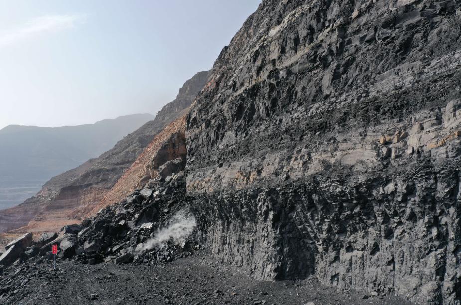 ↑2020年10月30日,大石头火区一处明火点。(无人机照片)记者 刘海 摄