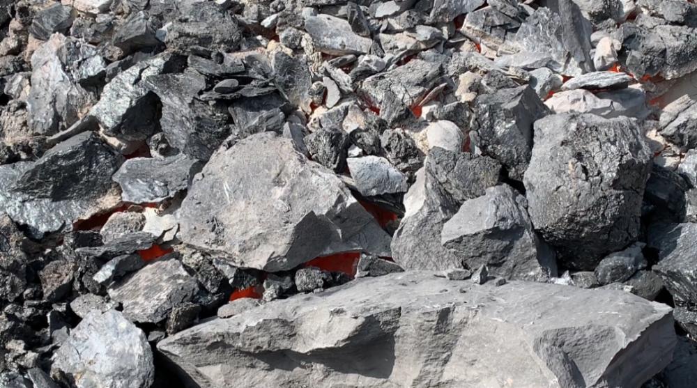 ↑2020年10月30日,大石头火区一明火点。从缝隙向里看,山体内部像炉膛一样呼呼燃烧。记者 刘海 摄
