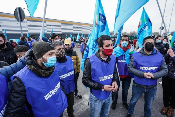 意大利亚马逊公司员工举行大规模罢工 超3万人参与