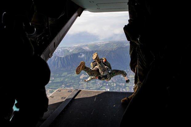 美军一士兵跳伞后挂到树上 被发现时已昏迷情况危急