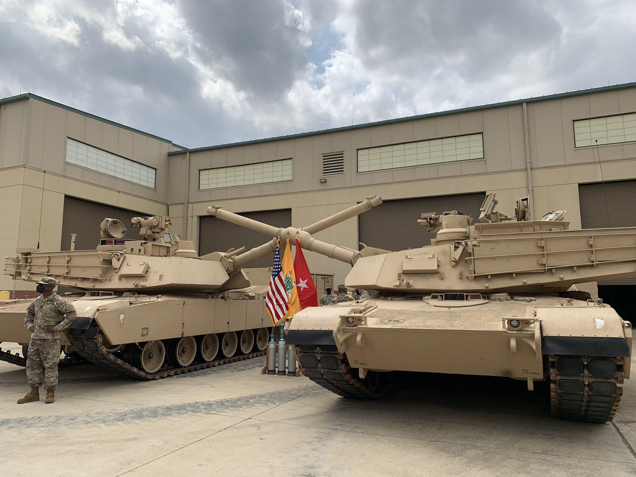 美军校接收最新型M1A2坦克 号称能打低空飞行目标