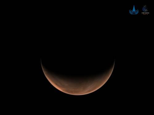 南半球上方火星影像(由天问一号中分辨率相机于北京时间2021年3月16日拍摄,此时环绕器轨道高度约1.12万公里,国家航天局供图)