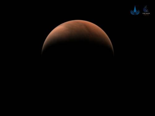 北半球上方火星影像(由天问一号中分辨率相机于北京时间2021年3月18日拍摄,此时环绕器轨道高度约1.15万公里,国家航天局供图)