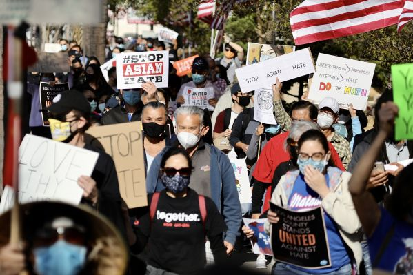 """3月26日,美国洛杉矶县圣加布里埃尔谷地亚裔聚居城市的数百民众在""""为反亚裔仇恨犯罪及歧视集会与游行""""活动中走上街头游行。新华社发"""