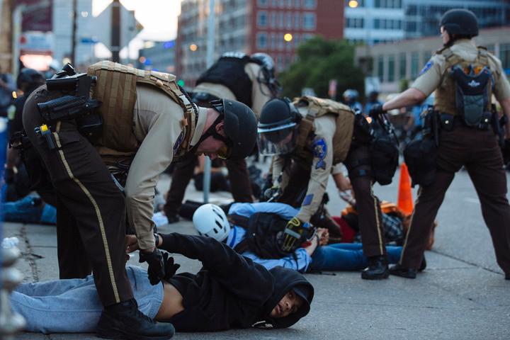 2020年5月31日,抗议示威者在美国明尼苏达州明尼阿波利斯市被警察逮捕。新华社发
