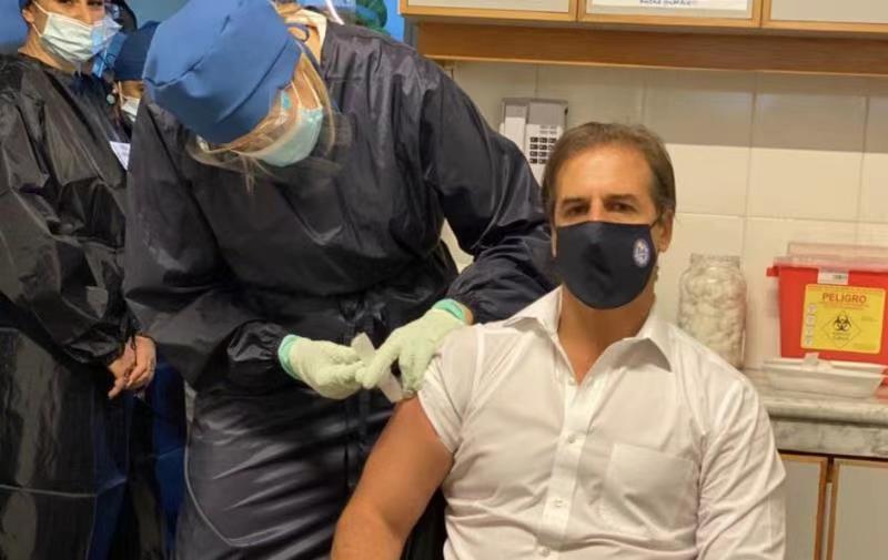 乌拉圭总统拉卡列接种中国新冠疫苗