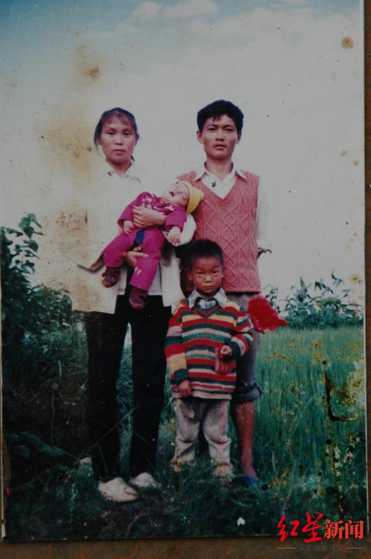 ↑王凤凯婴儿时期与父母及哥哥的合照。