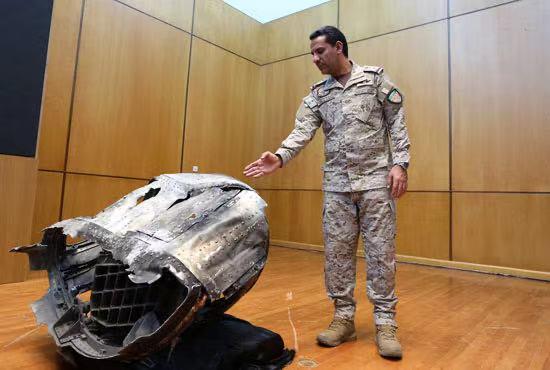 △多国联军发言人展示导弹残骸的资料图(图片来自当地媒体)