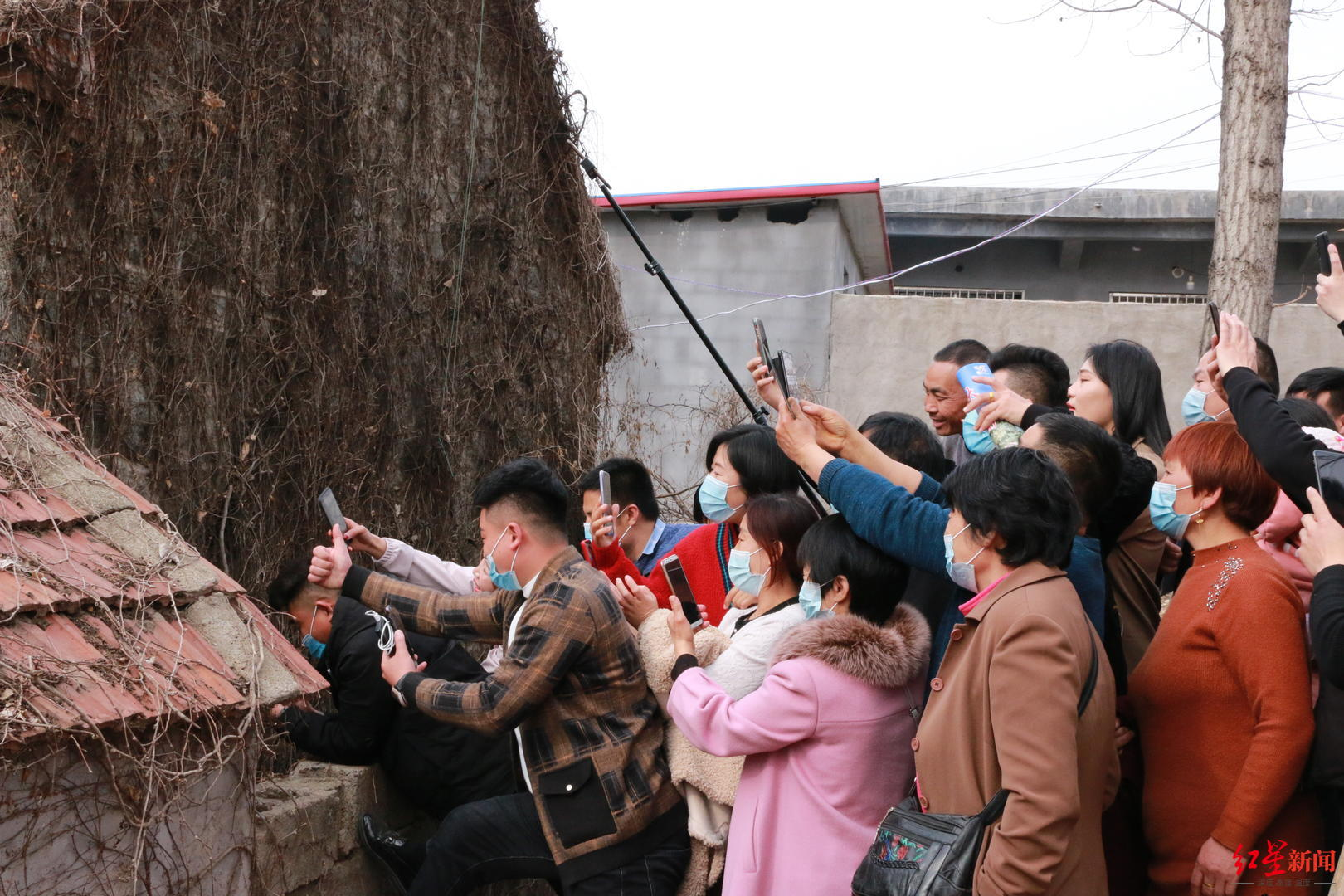 不止代表我个人!折多山雪雕交警找到了 是个藏族帅小伙