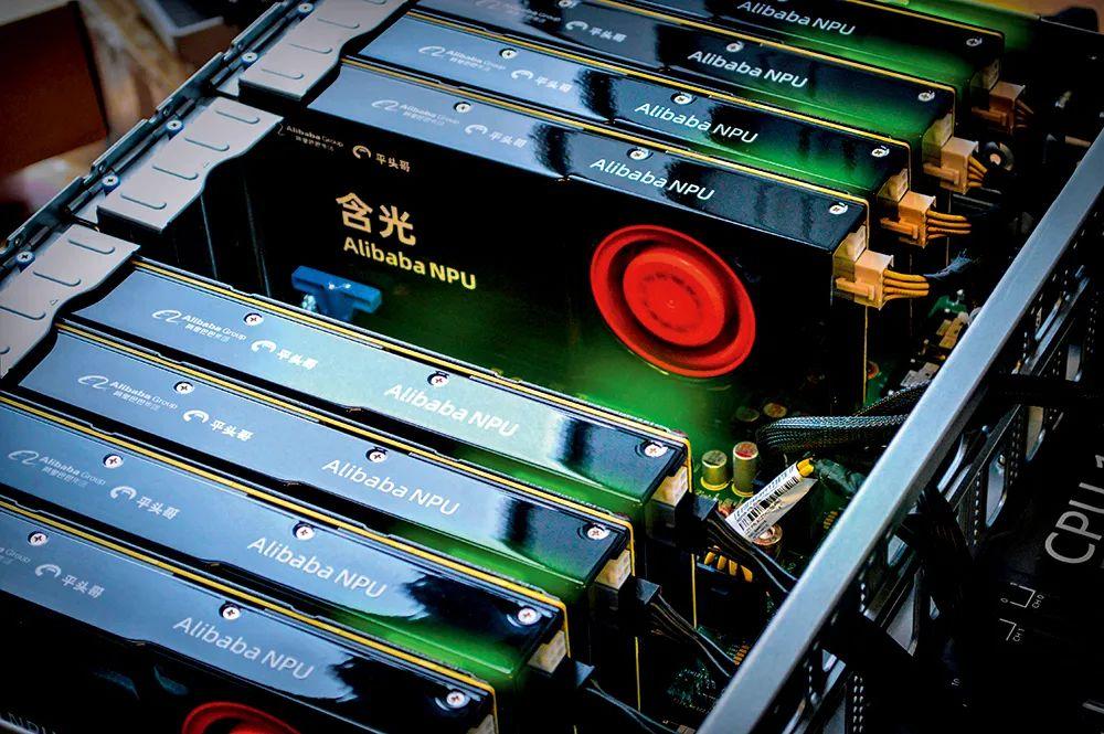 ▲ 图为配置了多张含光800 加速卡的服务器,每个加速卡中有一颗含光800 芯片