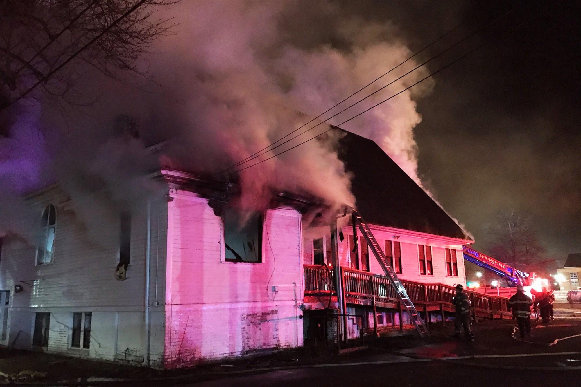 美国男子故意纵火烧毁黑人教堂 被控仇恨犯罪