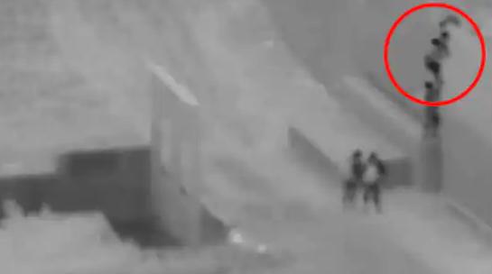 走私犯再将儿童扔下美墨边境墙:墙高5.5米 其父等着接