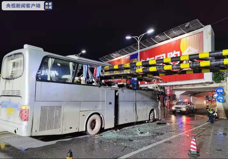 广西桂林一大客车撞限高栏 致1死6伤
