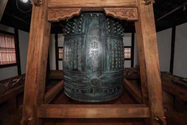 """▲资料图:中国向日本长崎兴福寺捐赠的""""世界和平钟""""。(新华社)"""